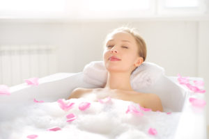 relaxing bath with Holos Body Oil